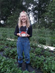 Moin, ich bin Lisa und mache in diesem Jahr mein 2. Lehrjahr der Biologisch-Dynamischen Ausbildung in der Gärtnerei Marlin. Angefangen hat das gärtnern bei mir nach meinem föj, wo mir nochmal sehr bewusst wurde, dass sich ganz schön viel im Bewusstsein vieler Menschen ändern muss, damit wir noch ein paar Jährchen länger auf der Erde leben können. Für mich war es dann das Grundlegenste und Schönste in die Landwirtschaft zu gehen, um hier gesundes und nachhaltiges Gemüse anzubauen und dadurch vielleicht das Bewusstsein wieder in eine umweltfreundlichere Richtung zu leiten. In meinem ersten Lehrjahr in Grummersort stiess ich dann auf das Prinzip der Solawi und fand es super. Auf der suche nach kleinen Solawis für mein zweites Lehrjahr, fand ich die Gärtnerei Marlin und schwuppdiwupp war ich dort angenommen. Jetzt bin ich gespannt auf die kommende Zeit mit hoffentlich vielen neuen Eindrücken und einem super Team.